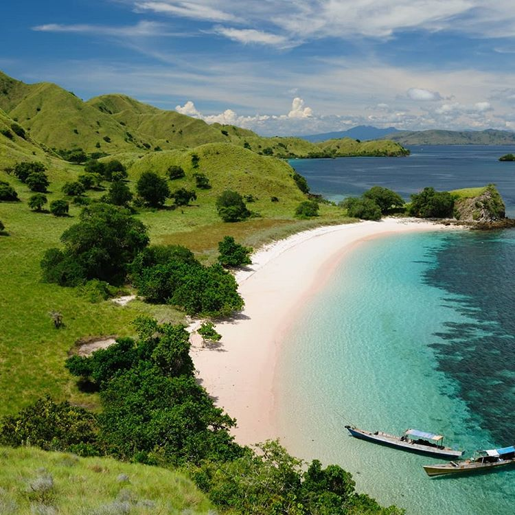 Pantai Rinca Island, sumber ig oiko_travel