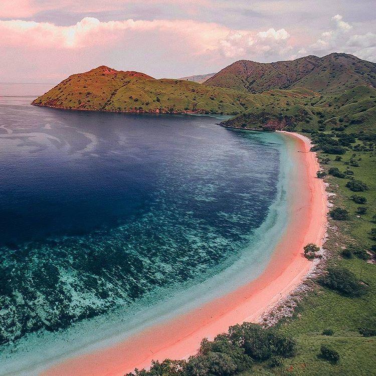 Pink Beach Labuan Bajo, sumber ig viajeseumundo