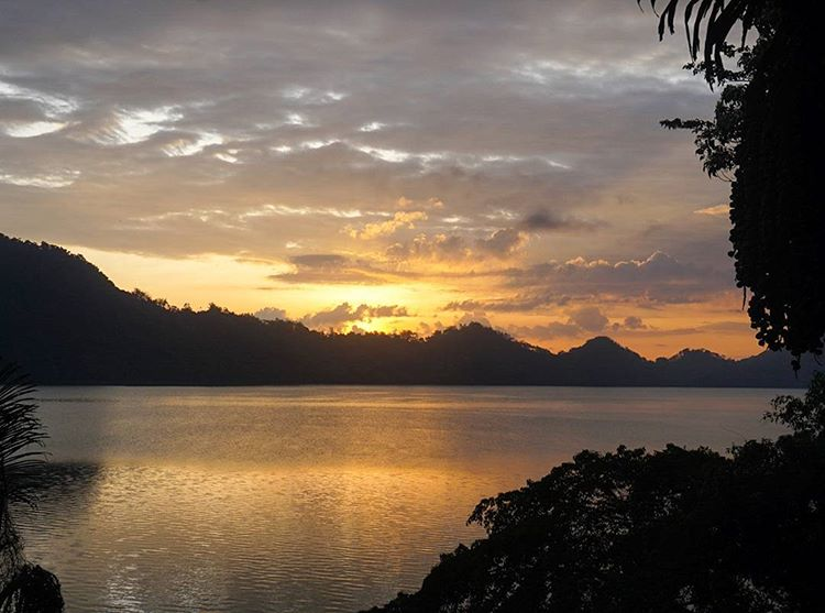 Sunset Danau Sano Nggoang, sumber ig mbhum