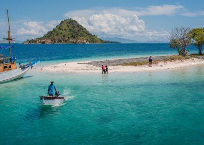 04. Pulau dengan laut biru eksotis di Labuan Bajo