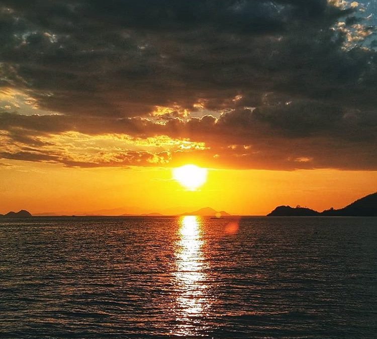 Sunset di Labuan Bajo, sumber ig throughekalens