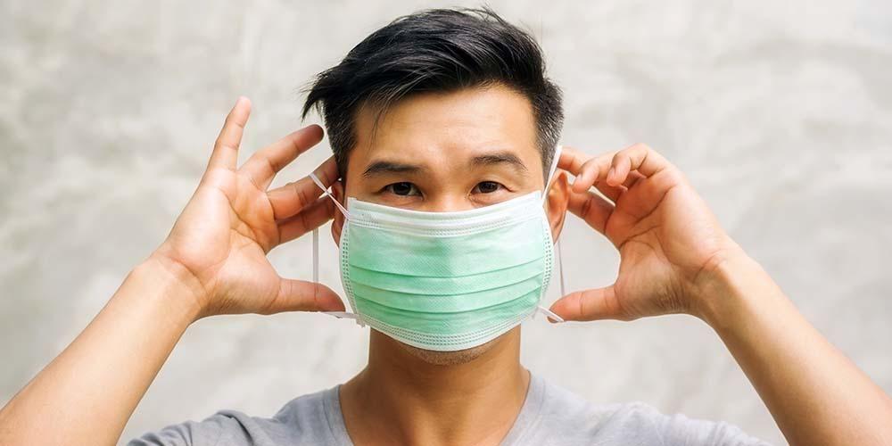 Menggunakan Masker, sumber : SehatQ
